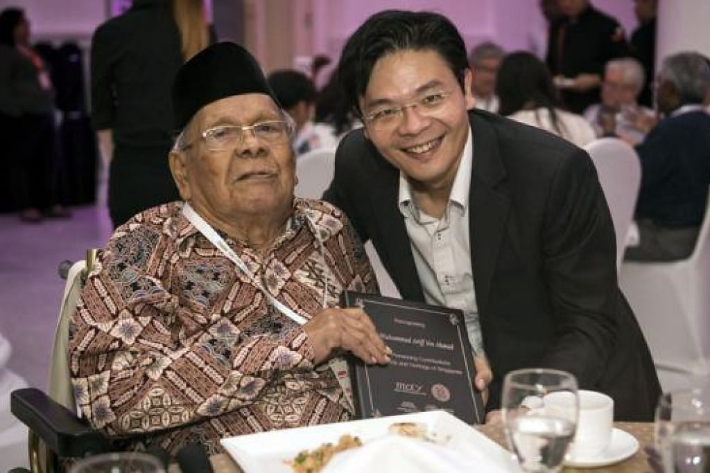MERAIKAN TOKOH BUDAYA: Encik Lawrence Wong tidak mahu ketinggalan bergambar bersama Cikgu Muhammad Ariff Ahmad, tokoh budaya dan bahasa Melayu yang tidak asing lagi di Singapura.