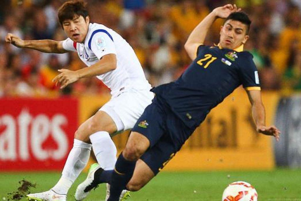 PERTEMUAN KEDUA: Pemain Australia Massimo Luongo (kanan) bersaing mendapatkan bola dengan Park Joo Hoo dari Korea Selatan di peringkat kumpulan. Kededua pemain ini akan berentap sekali lagi di final lusa. - Foto AFP