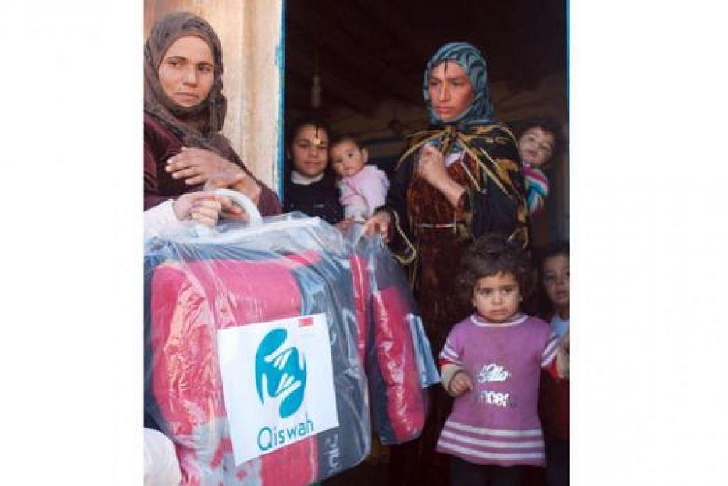 TERIMA SELIMUT: Sekitar 5,000 selimut telah diagihkan kepada pelarian Syria di tiga daerah di selatan Turkey.