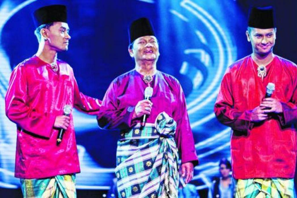 MUZIK MENGALIR DALAM DARAH: (Dari kiri) Eiss, R.Ismail dan Elfee sama-sama minat menyanyi dan pernah membuat persembahan bersama. - Foto MEDIACORP