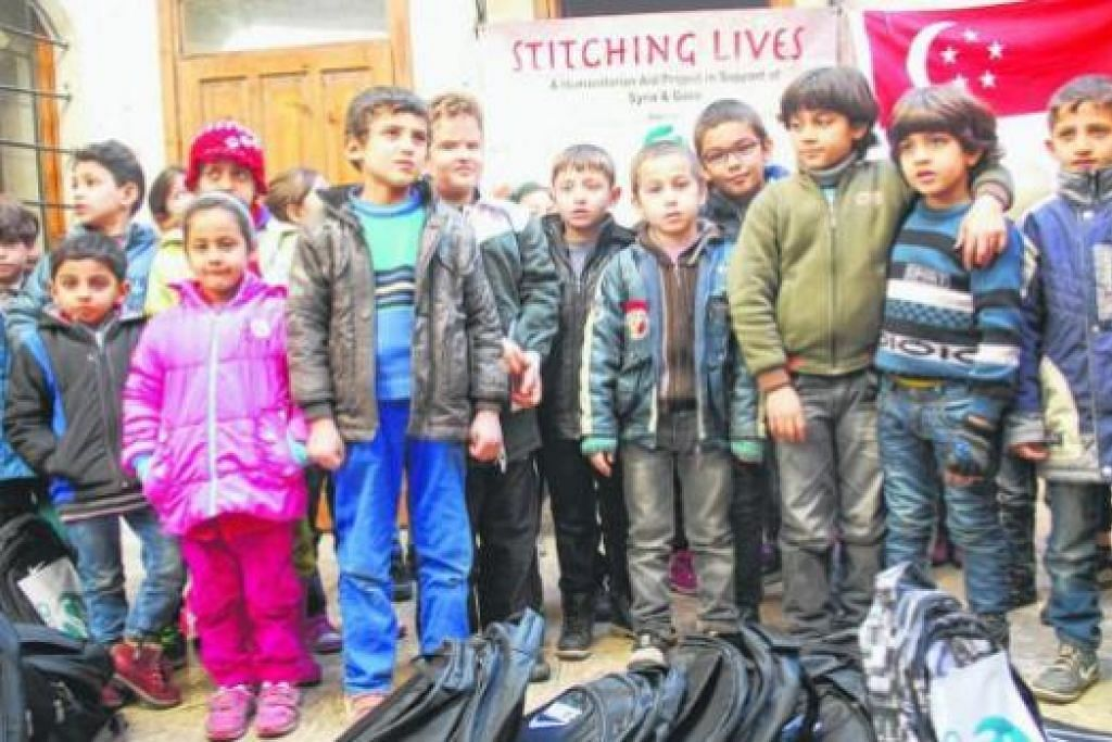 NAMPAK CERIA DI SEBALIK KONFLIK: Qiswah turut mengagihkan beg dan alat tulis bagi kanak-kanak Syria yang menjadi pelarian di Turkey. - Foto-foto QISWAH
