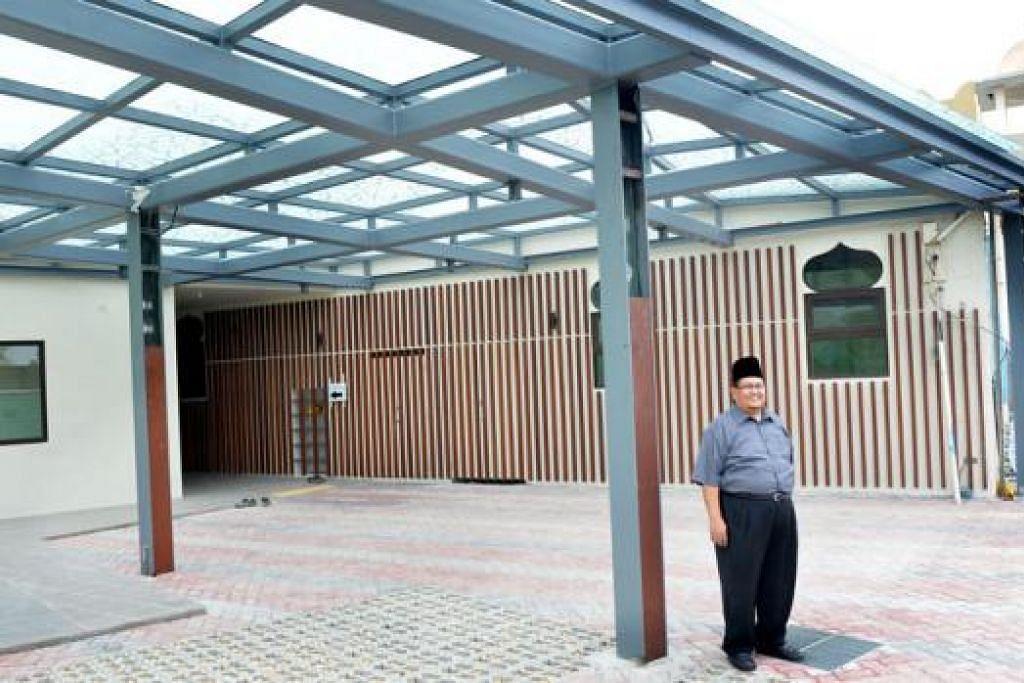 HAMPIR SIAP: Pengerusi Masjid Al-Huda, Haji Azman Kassim, menunjukkan bahagian baru ruang masuk ke pekarangan Masjid Al-Huda yang baru diubah suai. - Foto-foto KHALID BABA