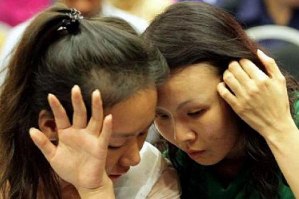MAHUKAN JAWAPAN: Beberapa sanak saudara penumpang pesawat MH370 berada di pejabat DCA di Putrajaya kelmarin kerana mahu mendapatkan jawapan mengenai nasib mangsa pesawat yang hilang itu. - Foto THE STAR