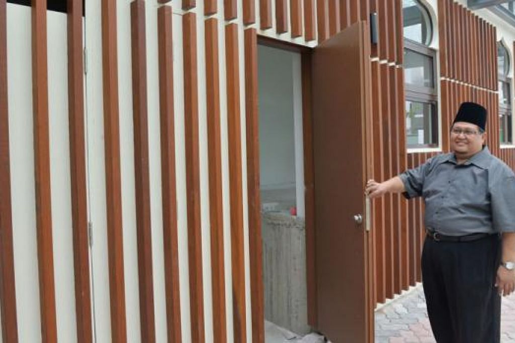 'PINTU KHAS': Haji Azman menunjukkan pintu masuk khas bagi imam untuk ke ruang masjid.