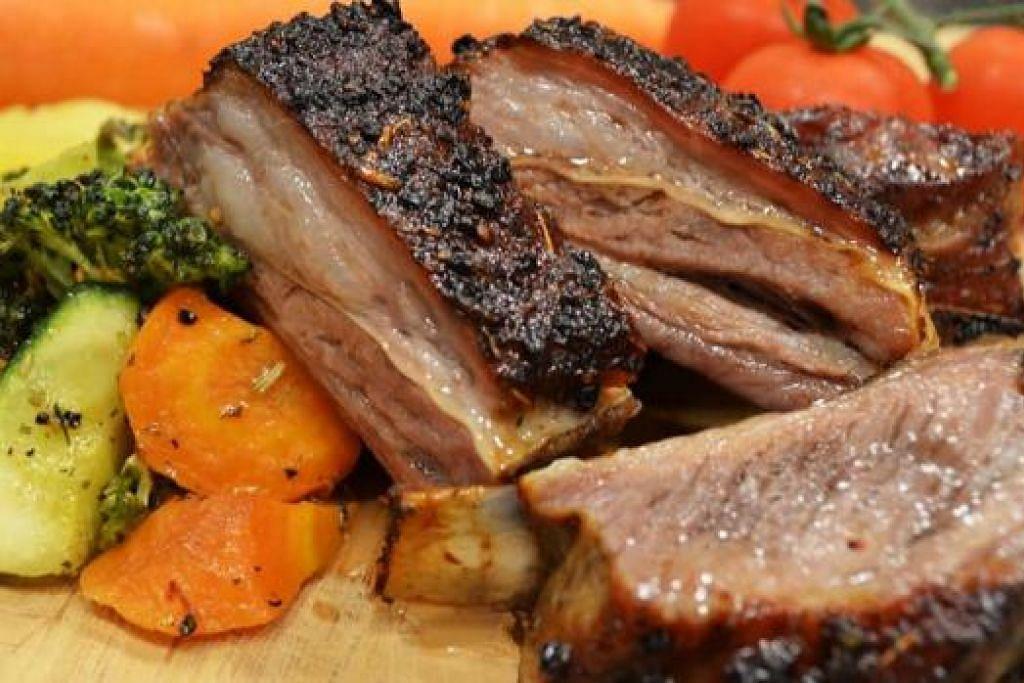 TENDER ROAST SPARE RIBS OF LAMB: Daging rusuk kambing yang dimasak selama tiga jam ini sungguh KA-POW!