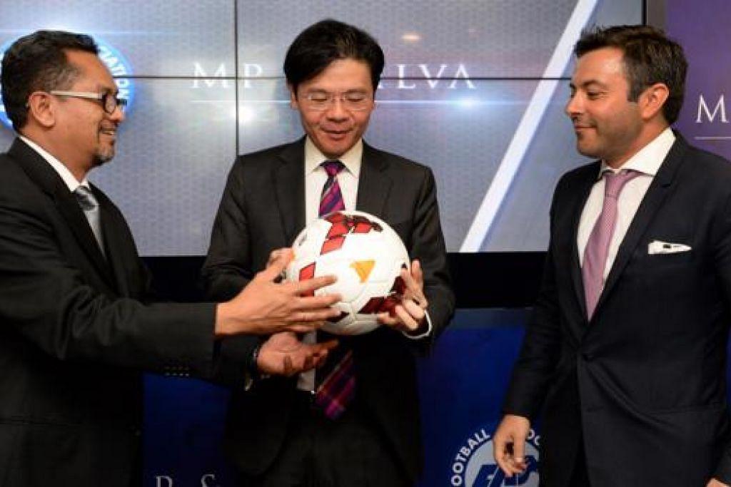 GANDINGAN MENANG-MENANG: (Dari kiri) Encik Zainudin, Encik Wong dan Rakan Pengasas syarikat MP & Silva, Encik Andrea Radrizzani, bergambar selepas menurunkan tandatangan mereka pada bola simbolik di majlis perjanjian semalam. - Foto ZAINAL YAHYA