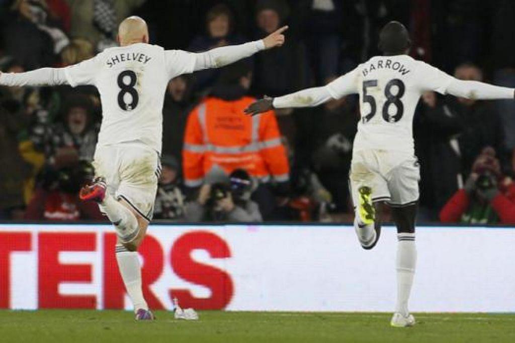 WIRA SWANSEA: Jonjo Shelvey (kiri) berlari ke arah peminat Swansea City yang bertandang ke Stadium St Mary's untuk meraikan gol tunggal kemenangan pasukan itu ke atas Southampton. - Foto REUTERS