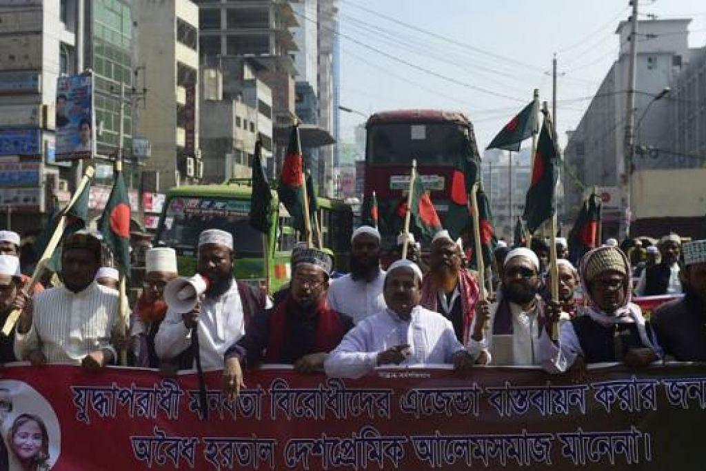 ADAKAN BANTAHAN: Aktivis Liga Awami Bangladesh mengadakan bantahan di Dhaka kelmarin. Ketegangan kini memuncak di negara itu berikutan krisis politik yang menyebabkan lebih 50 orang terbunuh. - Foto AFP