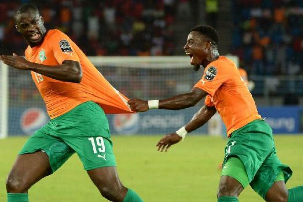 PERANGSANG PASUKAN: Yaya Toure (kiri) meraikan gol pertama pasukan edngan Serge Aurier.