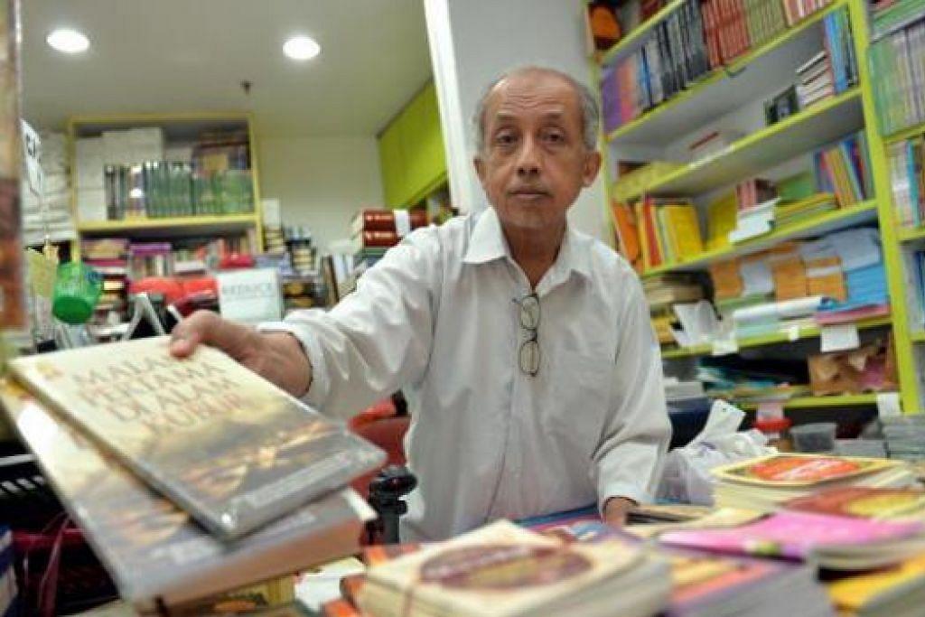 SEMANGAT NIAGA DALAM KELUARGA: Haji Abdul Aziz Haji Yusof merupakan generasi ketiga mengendalikan perniagaan kedai buku Haji Hashim. – Foto M.O. SALLEH