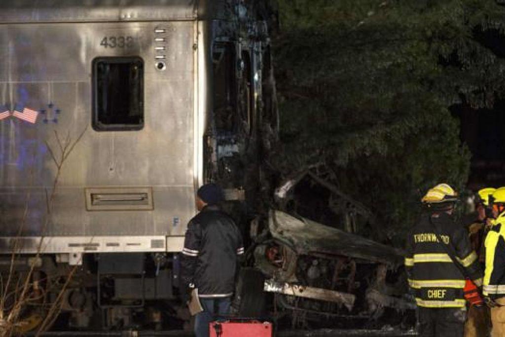 REMUK: Sebuah kereta remuk teruk selepas dirempuh kereta api komuter di New York yang menyebabkan enam orang terkorban dan sekurang-kurangnya 12 orang cedera. - Foto REUTERS