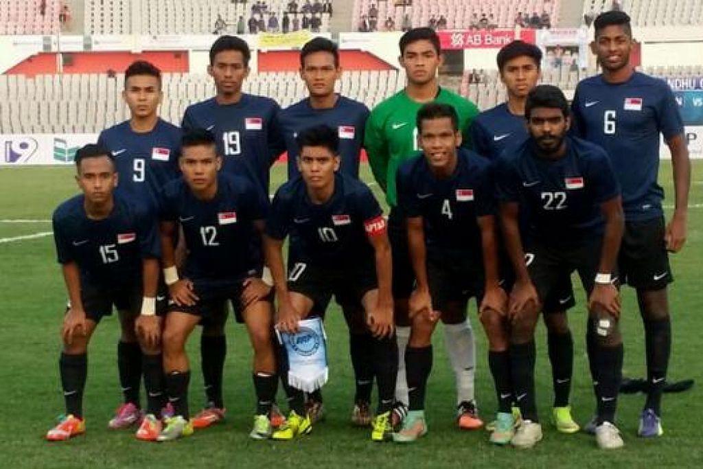 HARAPAN BESAR: Selain berharap menewaskan Malaysia malam ini,pemain pasukan bawah 22 tahun Singapura sedang bersaing bagi tempat ke skuad AFC bulan depan. - Foto FAS