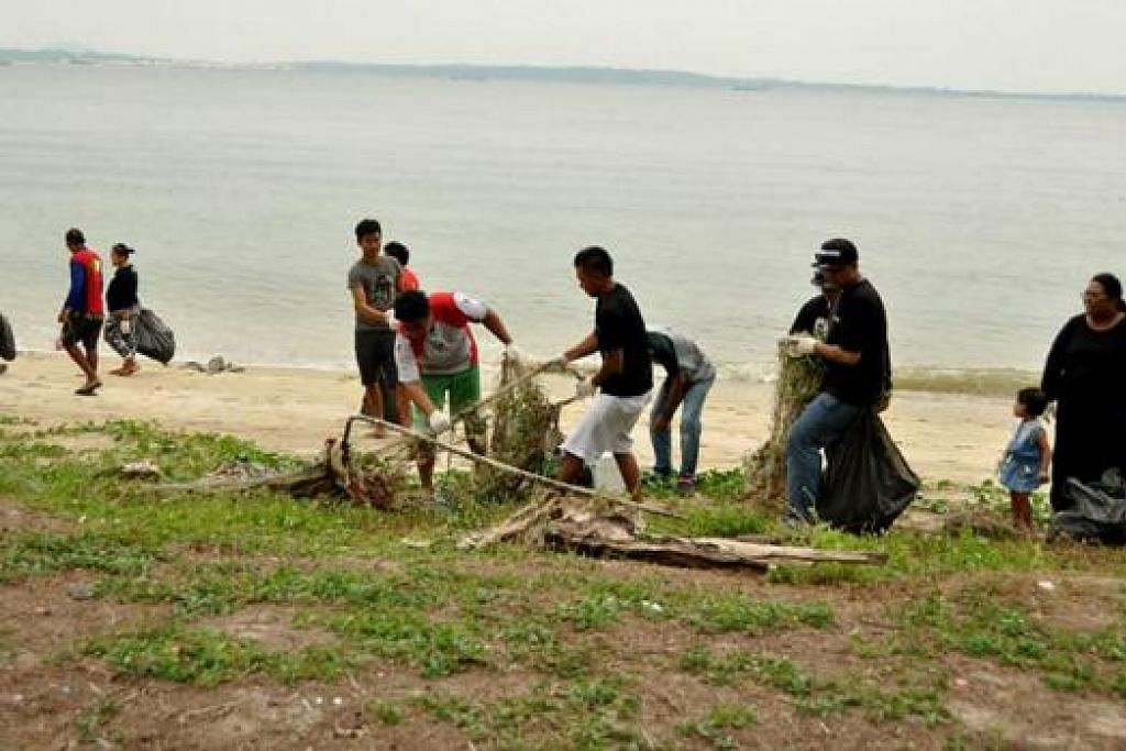 KAKI PANCING JAGA KEBERSIHAN PANTAI: Kaki pancing di sini turun padang membersihkan kawasan pantai supaya pengunjung lain juga dapat menikmati pantai. - Foto RAMZIE RAMZAN