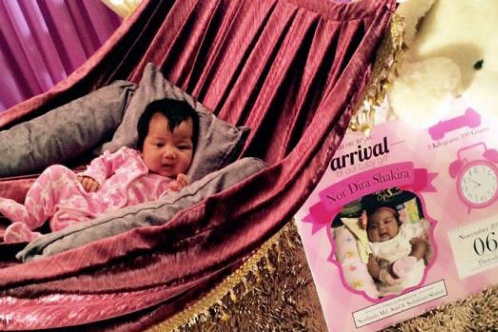 SERONOKNYA!: Bagaikan dibuai manja, bayi ini diletakkan dalam buai seperti hammock yang membolehkan para jemputan yang datang melihat dan bergambar dengannya. - Foto LITTLE RIZQ CULLA