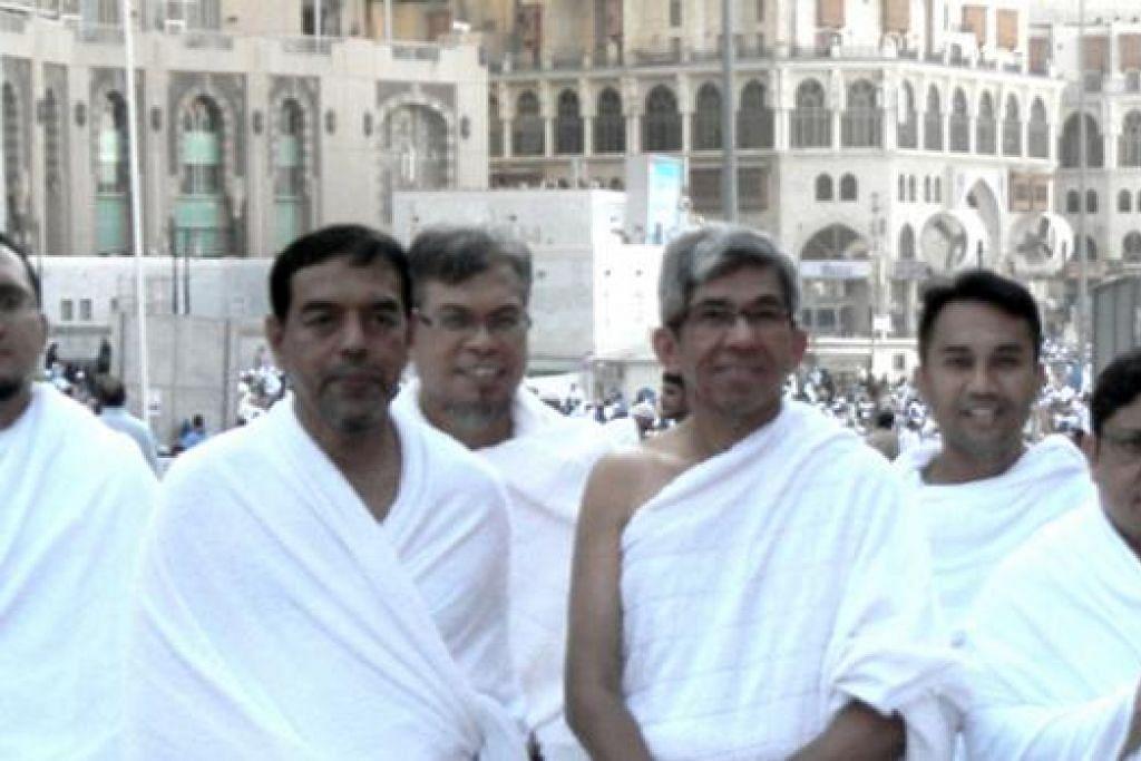 UMRAH DELEGASI SINGAPURA: (Dari kiri) Eksekutif Kanan Majlis Ugama Islam Singapura (Muis), Ustaz Izal Mustafa Kamar; Ketua Eksekutif Muis, Haji Abdul Razak; konsul Singapura di Jeddah, Ustaz Mohamed Ali Atan; Dr Yaacob; pegawai keselamatan peribadi Dr Yaacob; dan konsul agung Singapura di Jeddah, Syed Muhammad Raziff Aljunied; yang sempat menunaikan umrah. - Foto MCI