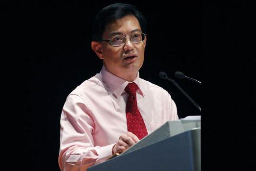 TAWAR PELUANG BARU: Encik Heng Swee Keat berkata Biasiswa MOE-Universiti Autonomi akan diberi kepada pelajar yang menunjukkan tahap penguasaan bahasa yang tinggi, motivasi dan minat dalam bidang tertentu. - Foto fail