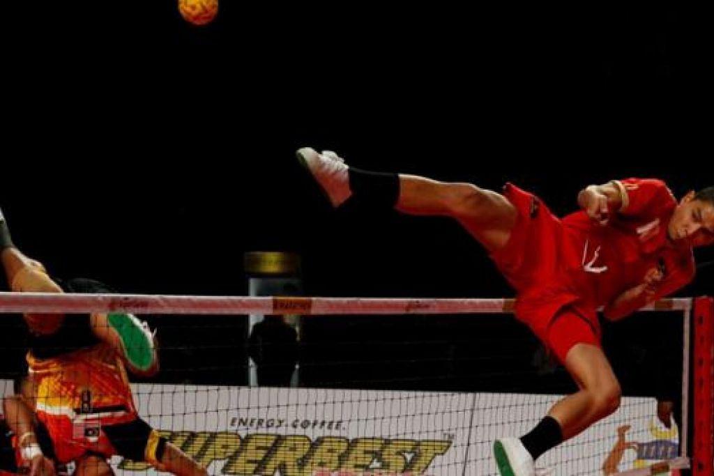 CUBA MENGADANG: Penyerang negara Mohd Hafiz Nor Izam Jaafar (kanan) melompat tinggi dalam usaha mengadang pukulan libas penyerang Malaysia Mohd Khairol Zaman petang semalam. Malaysia menang 2-0 dalam perlawanan Kumpulan B itu. - Foto ISTAF & ASV