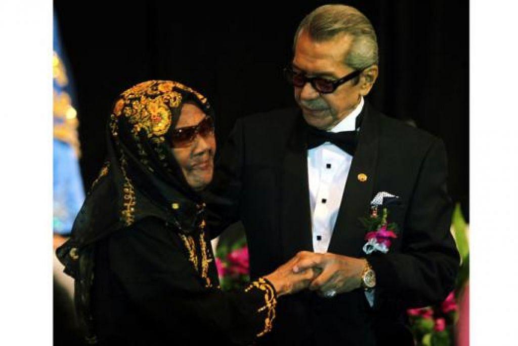 JATUH SAKIT: Seniwati Neng Yatimah dilaporkan beransur pulih. Gambar Neng Yatimah bersama menantunya, Allahyarham Mustapha Maarof, ini dipetik di majlis Anugerah Seri Temasek pada 2011. - Foto fail