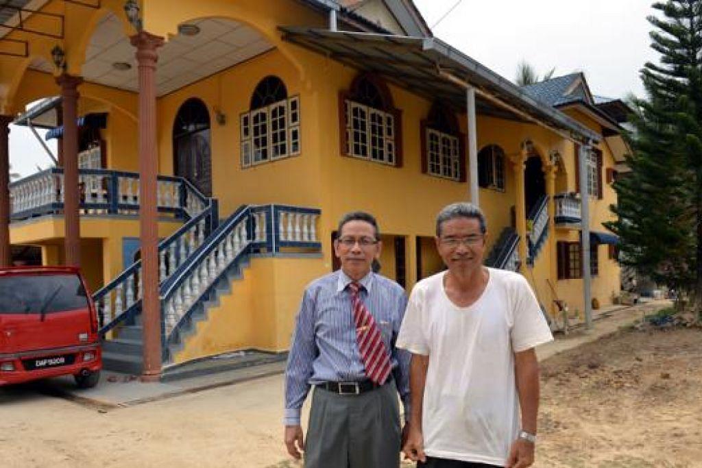 ETIKA BEKERJA DI SINGAPURA DIJADIKAN PEGANGAN HIDUP: Tuan Aziz (kiri) yang kini naib pengetua Sekolah Menengah Kebangsaan Sungai Pinang, dan abangnya, Tuan Hassan, yang telah bersara sebagai subkontraktor, menghargai pengalaman dan kemahiran yang ditimba di Singapura.