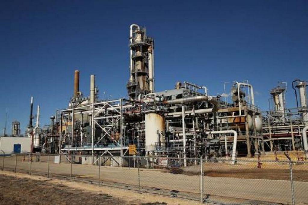 LOJI PENAPISAN MINYAK DI TEXAS: Menurut perangkaan, sekitar 300,000 orang bekerja dalam industri minyak dan gas di Texas dan golongan itu dijangka terjejas ekoran harga minyak yang jatuh. - Foto AFP