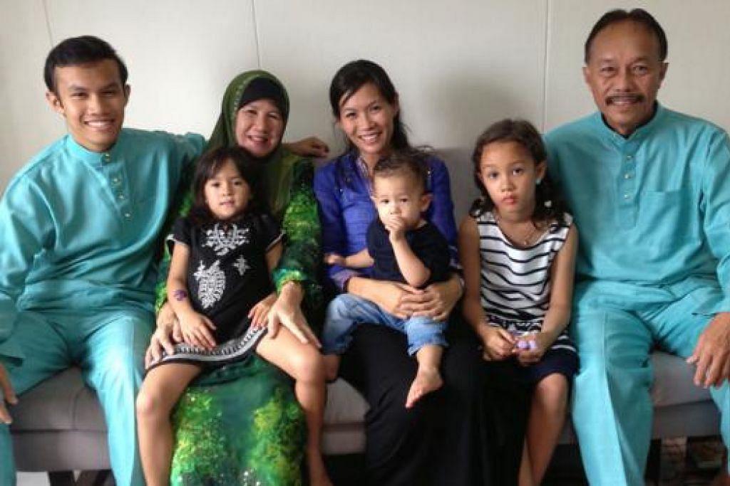 KENANGAN BERAYA: Cikgu Sies bergambar dengan isteri, Samawiah Ahmat; anak kedua, Sarita; anak bongsu, Muhd Sheedy; serta cucu-cucunya. Anak sulung, Sarina, kini menetap bersama keluarganya di Hongkong. - Foto ihsan SIES SENAN