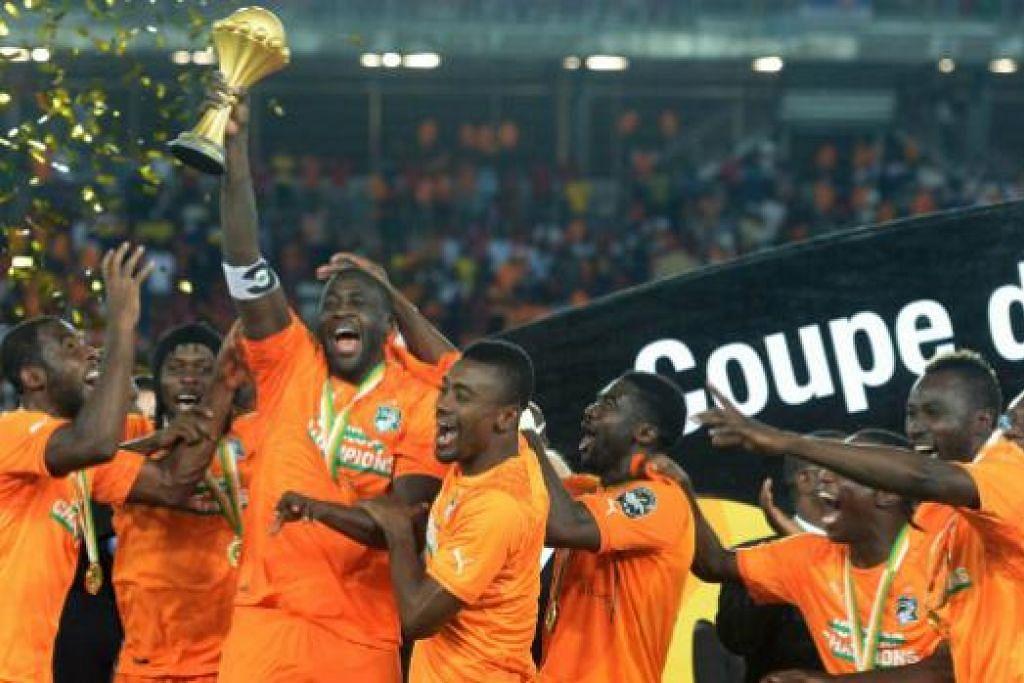 RAIKAN KEMENANGAN: Yaya Toure (tiga dari kiri), menjulang Piala Negara-Negara Afrika.