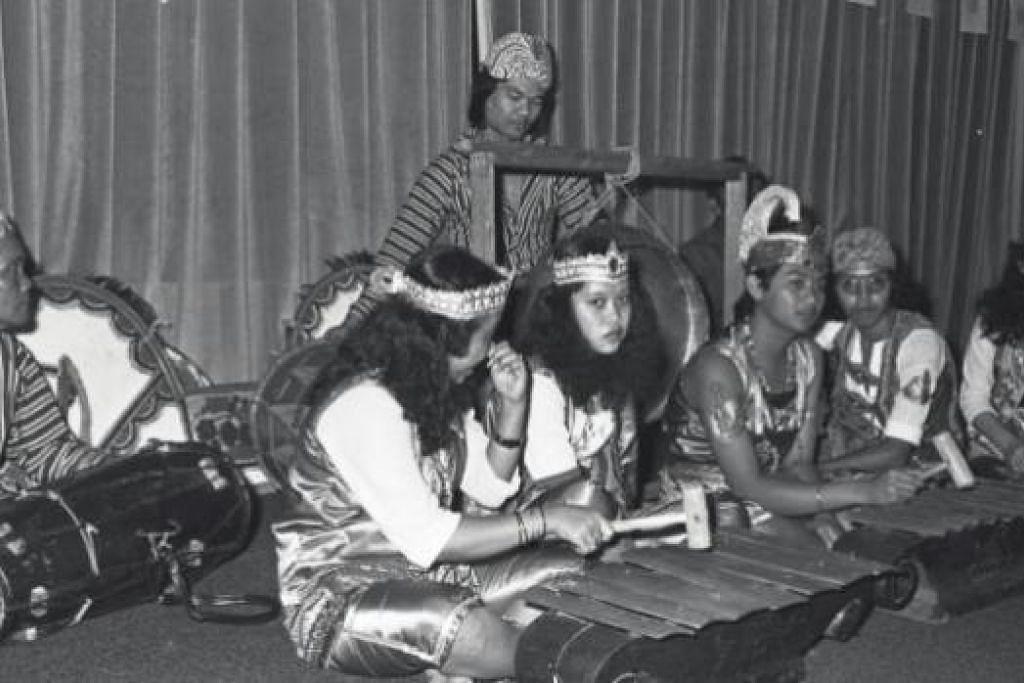 PENERUS BUDAYA JAWA: Sebuah kumpulan gamelan ketika membuat persembahan sempena ulang tahun ke-80 Persatuan Jawa Al-Masakin di Pusat Dagangan Dunia pada 1981. – Foto-foto fail
