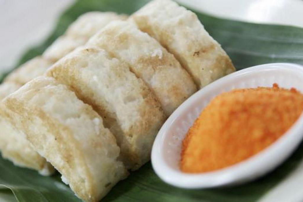 KUIH GANDUS: Ada orang muda sangka ia alat muzik (gambus), tetapi kuih ini sebenarnya antara kuih tradisional Melayu popular yang dimakan dengan gula. - Foto-foto fail