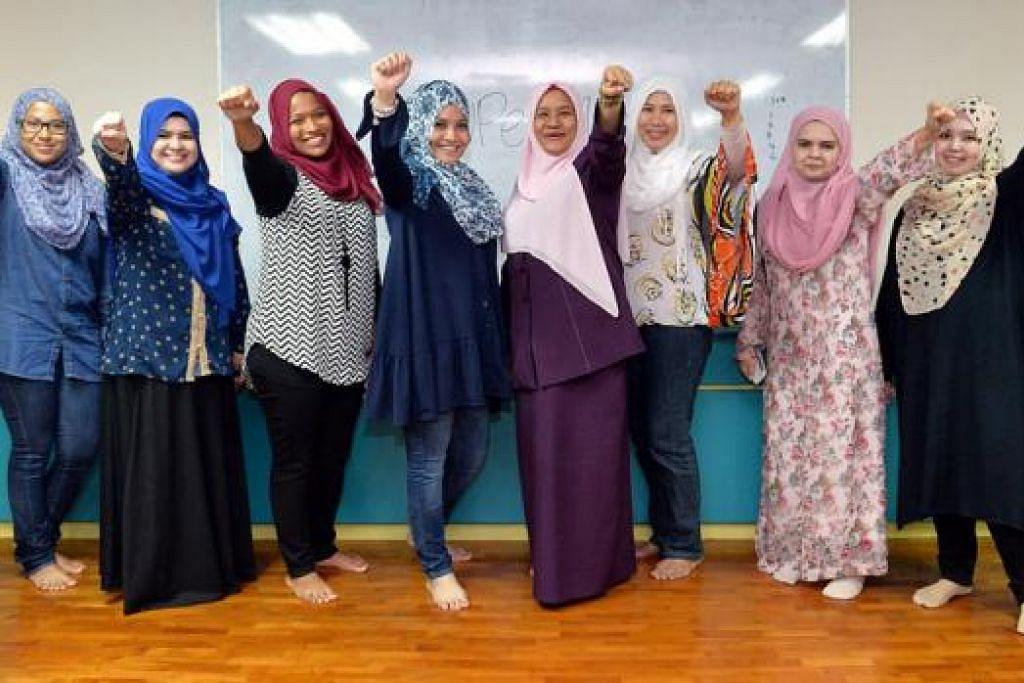 'KAMI BOLEH!': Kumpulan tenaga kerja bagi projek bantu ibu tunggal dan ibu tiri di bawah pimpinan Cik Hamidah Bahashwan (keempat dari kanan). Bersama mereka ialah Cik Fazliana Abdat (kedua dari kanan) dan adiknya, Cik Wahyu Abdat (kanan). - Foto M.O. SALLEH