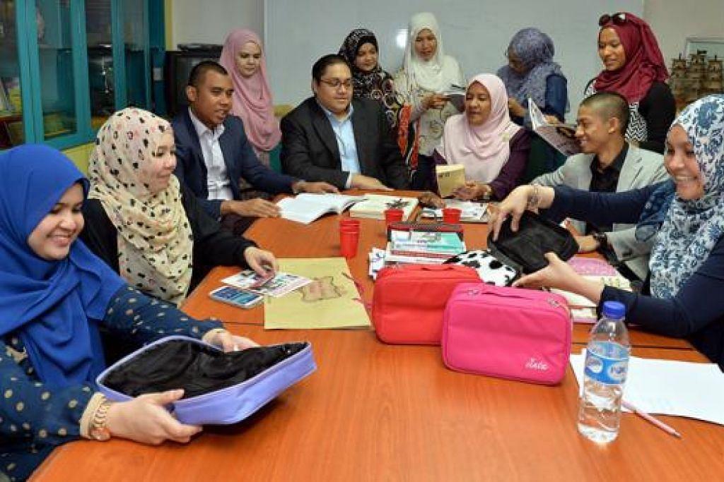 BINCANG PROJEK: Cik Hamidah Bahashwan (duduk, ketiga dari kanan) dari Emotions Works, dan Syed Muhammad Abu Bakar Al Jailani (duduk, keempat dari kiri) dari The Green Apple dengan rakan-rakan usahawan semasa bermesyuarat di pejabat Majlis Pusat untuk membincangkan tentang projek pengumpulan dana bagi membantu ibu-ibu tunggal, ibu tiri dan belia-belia kurang bernasib baik dan berisiko, memperkasa diri mereka. - Foto M.O. SALLEH