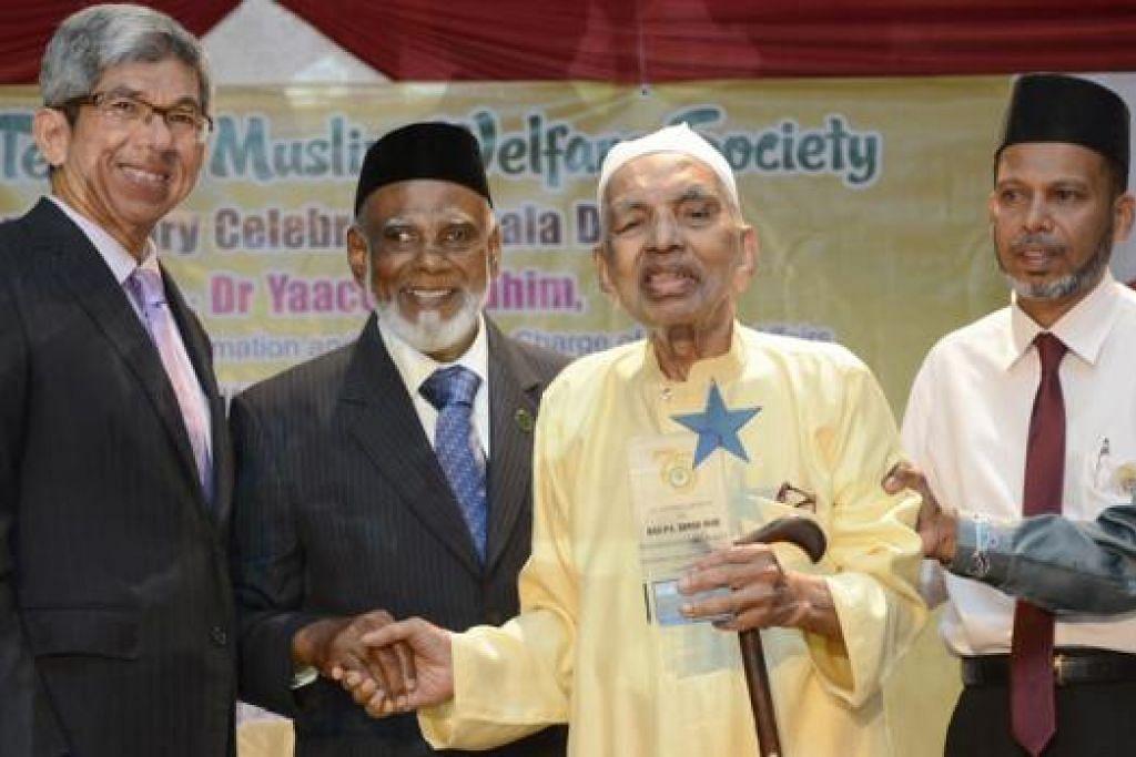 BESAR JASANYA: Dr Yaacob Ibrahim (kiri) bersama Haji PA Mohd Saha (berbaju kuning), bekas pengerusi Persatuan Kebajikan Muslim Tenkasi (STMWS), dengan diperhatikan Pengerusi STMWS, Haji Hasan Kutus (bertali leher biru), dan Setiausaha Agung STMWS, Encik Mohamed Jaafar Peer Mohd. - Foto MUIS