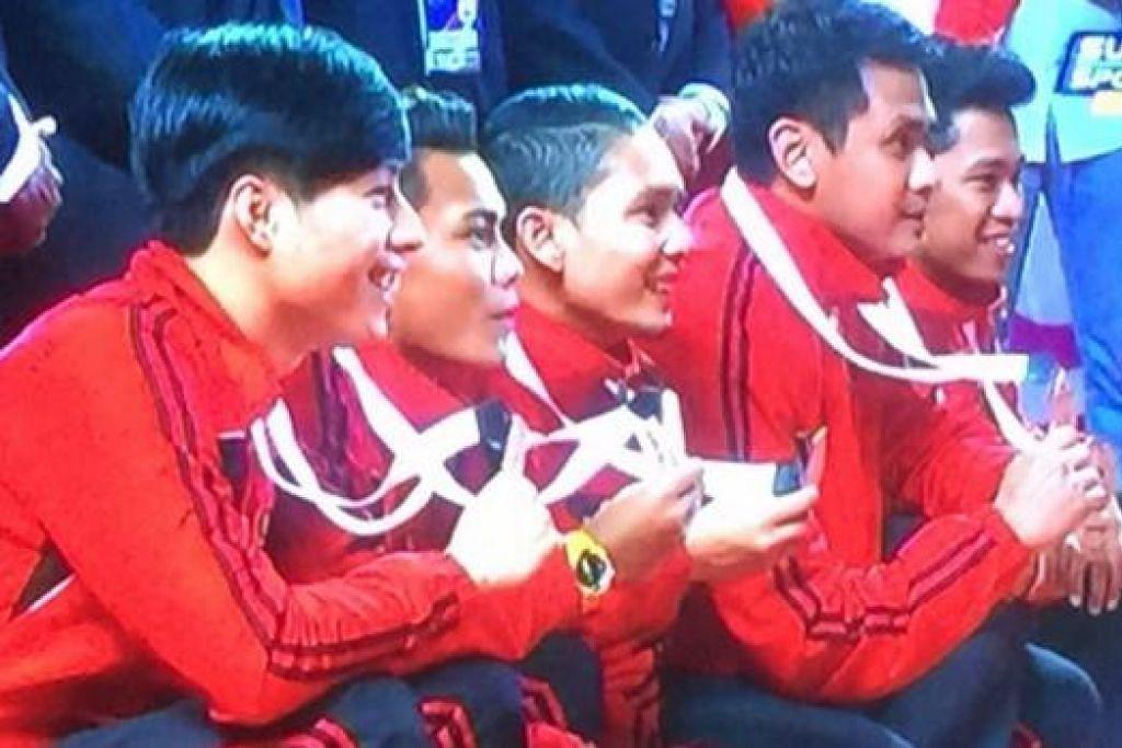 GANGSA PUN JADI: Pemain nasional menunjukkan pingat gangsa yang dimenangi dalam pertandingan Super Series Istaf kali ini. - Foto dari TV