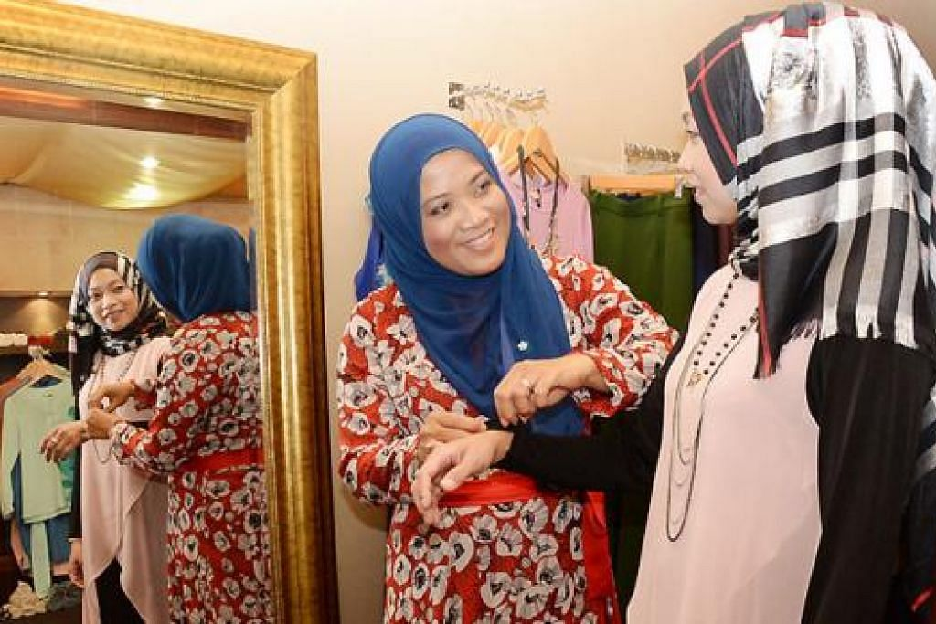 HUBUNGAN RAPAT: Cik Anizam (kanan) ialah antara pelanggan Cik Norsiah Othman (kiri) yang sudah cukup 'serasi' di butiknya kerana layanan mesra diberikan. - Foto-foto JOHARI RAHMAT