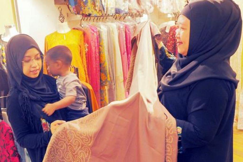 SELESA BERBELANJA: Cik Siti Syariati dapat berbelanja dengan tenang bersama anaknya, Muhammad Ali Muhammad Jalaluddeen, setiap kali beliau di kedai Melayu kerana peruncit lazimnya bertimbang rasa.