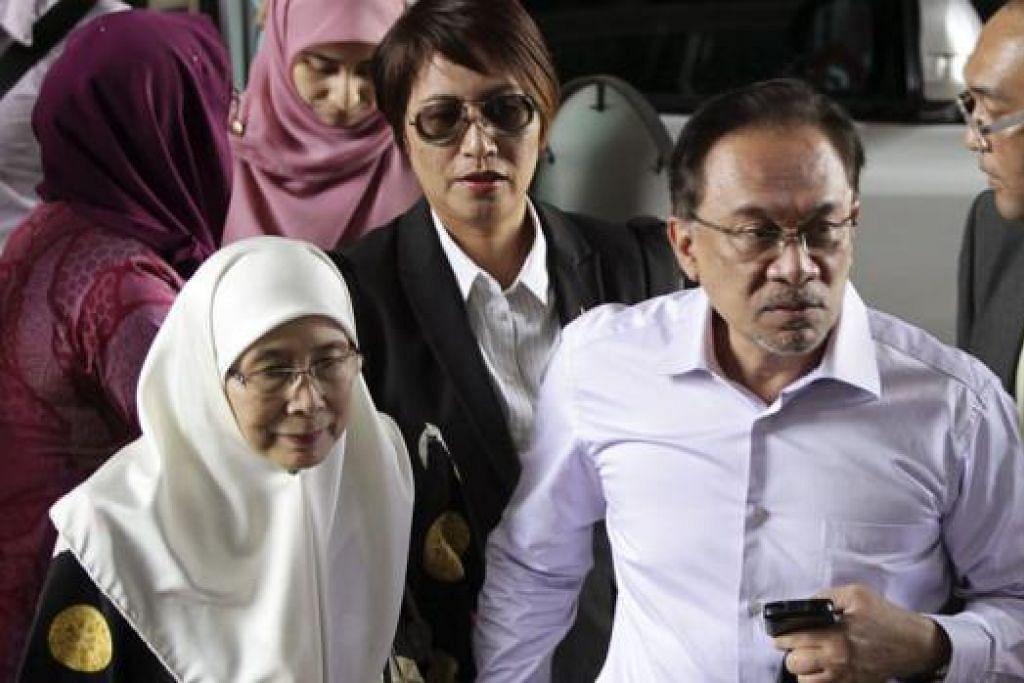 RAYUAN DITOLAK: Anwar Ibrahim (dua dari kanan) tiba di mahkamah bersama isterinya, Datuk Seri Dr Wan Azizah Wan Ismail, dengan Mahkamah Persekutuan kemudian menolak rayuannya terhadap keputusan bersalah bagi tuduhan liwat. - Foto REUTERS