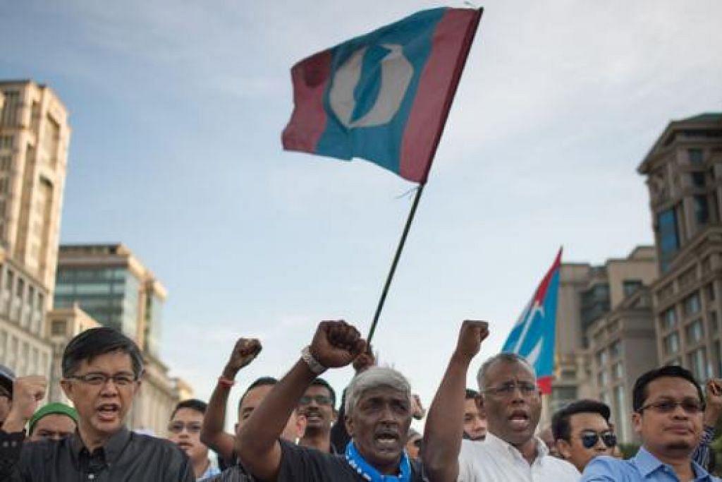HILANG TOKOH: Penyokong Anwar Ibrahim melaungkan slogan di depan Mahkamah Persekutuan. - Foto AFP