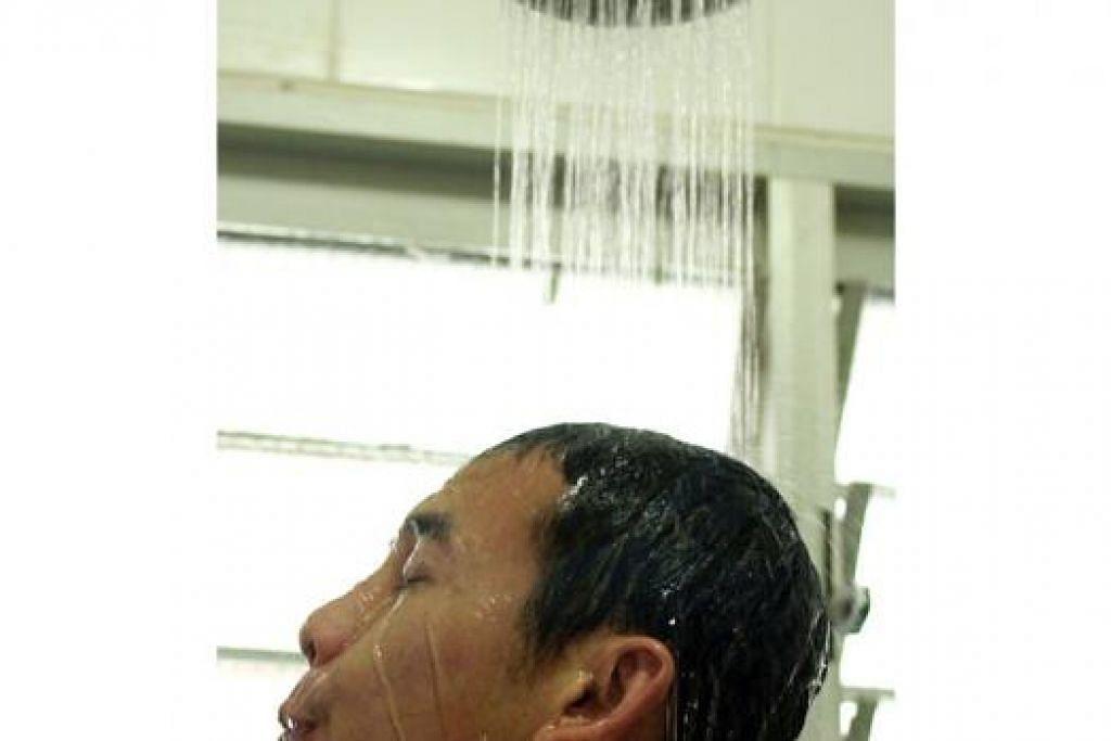 USAH TERLALU KERAP: Setiap individu dinasihatkan mandi setiap hari tetapi elakkan daripada mandi terlalu kerap dan terlalu lama kerana ini boleh menyebabkan pelembap kulit yang asli tercuci sama sehingga membuat kulit kering. - Foto Fail