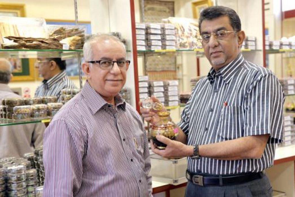 PERNIAGAAN WARISAN: Syed Hasan Abdullah Aljunied (kiri) dan Syed Ahmad Abdullah Aljunied menjadi generasi ketiga yang meneruskan perniagaan yang diasaskan datuk mereka. - Foto KHALID BABA