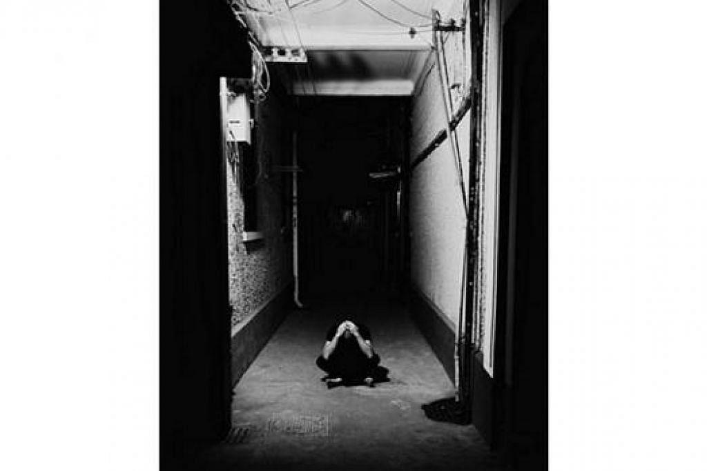 PERASAAN PENAGIH: Ini merupakan salah satu gambar di pameran 'From Isolation to Solitude' yang bertujuan memberi gambaran mengenai perasaan yang membelenggu penagih yang melalui proses pemulihan. - Foto FROM ISOLATION TO SOLITUDE