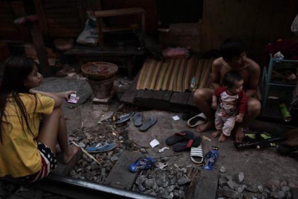 DIBEBANI HUTANG: Kadar hutang isi rumah di Thailand kini melonjak kepada paras membimbangkan. - Foto AFP