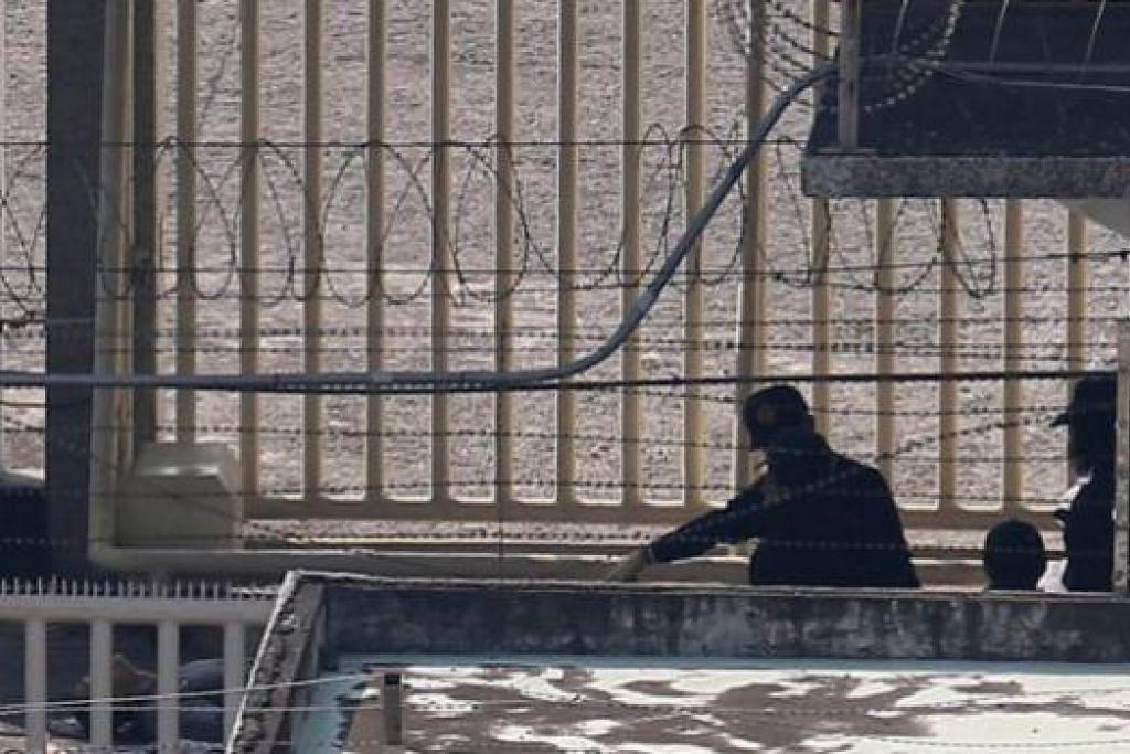 KRISIS TEBUSAN: Polis Taiwan memeriksa banduan yang mati dalam krisis tebusan di Penjara Kaohsiung. Enam banduan membunuh diri semalam. - Foto AFP