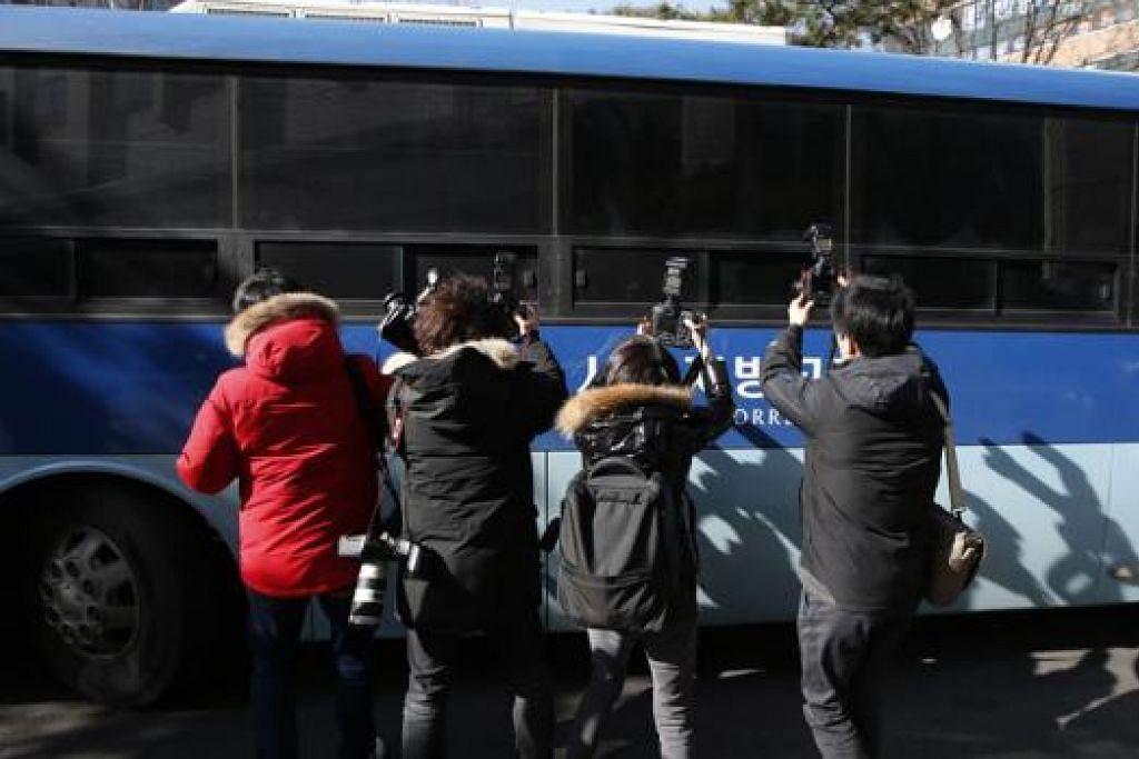 BEREBUT AMBIL GAMBAR: Jurugambar berebut mengambil gambar Cho Hyun-ah  yang dijatuhi hukuman penjara setahun semalam. - Foto REUTERS