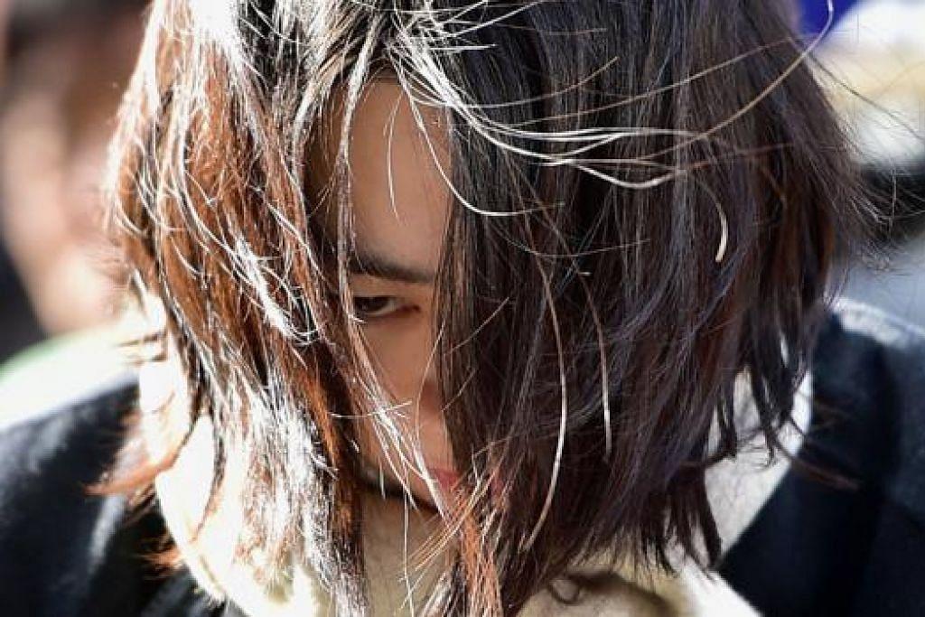 BEREBUT AMBIL GAMBAR: Jurugambar berebut mengambil gambar Cho Hyun-ah (gambar) yang dijatuhi hukuman penjara setahun semalam. - Foto REUTERS
