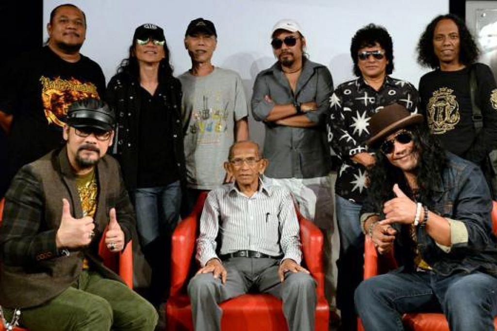 """SAMA-SAMA BERJUANG: Kumpulan rok terkenal, Wings, bergabung bersama empat ahli muzik Singapura di konsert Wings & Temasek SuperFriends. (Baris depan dari kiri) Vokalis Wings Awie; Presiden Perkamus, Encik Yusnor Ef; dan pemuzik setempat, Yazid daripada kumpulan Lovehunters. (Baris belakang dari kiri) Pemain bes Wings, Eddy; pemuzik setempat, Yantzen daripada kumpulan Rusty Blade; Sarwanie """"Wan"""" Ahmad daripada kumpulan Sweet Charity; pemain gitar Wings, Joe; pemuzik setempat Rosli Mohalim daripada kumpulan Sweet Charity; dan pemain dram Wings, Black. - Foto ZAINAL YAHYA"""