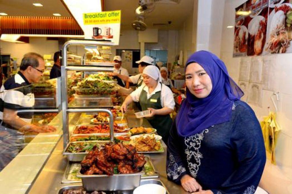 TIDAK ADA RAHSIA: Cik Mahiran Abdul Rahman (kanan) yang mewarisi Restoran Hajah Maimunah daripada ibunya menekankan bahawa resipi makanan yang dijual di restoran itu bukanlah resipi rahsia keluarganya. - Foto TUKIMAN WARJI