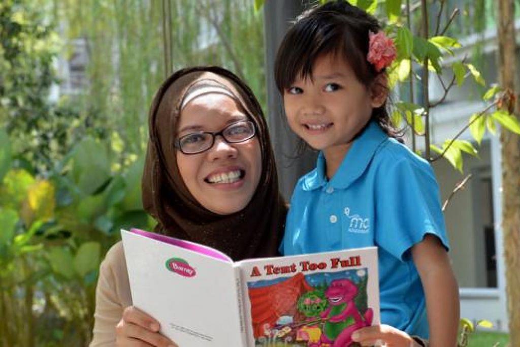 BELAJAR DI LUAR: Ada kalanya sebagai ibu yang tidak bekerja Cik Noor Aishah berpeluang membawa anaknya membaca buku di taman setiap petang.
