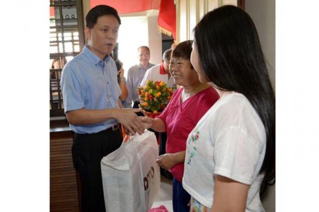 TURUN PADANG: Encik Chan Chun Sing menyertai lebih 200 pemandu teksi menghantar habuan Tahun Baru Cina kepada keluarga kurang berkemampuan anjuran NTA. - Foto-foto TUKIMAN WARJI