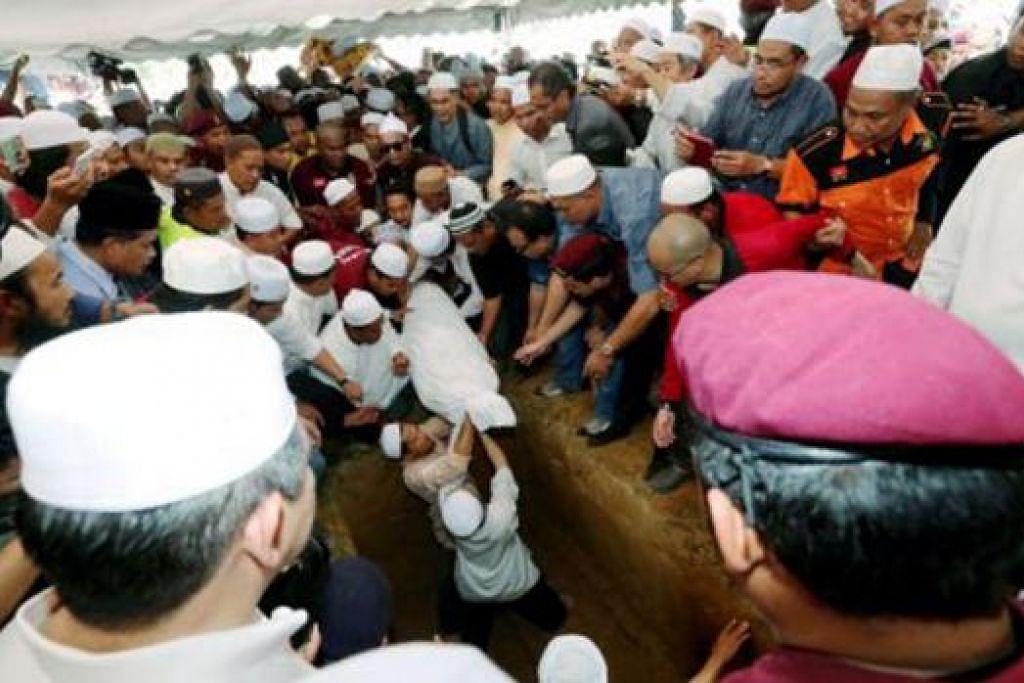 SELAMAT DISEMADIKAN: Bekas Menteri Besar Kelantan, Datuk Nik Aziz Nik Mat, selamat dikebumikan di Tanah Perkuburan Pulau Melaka, semalam. - Foto BHM