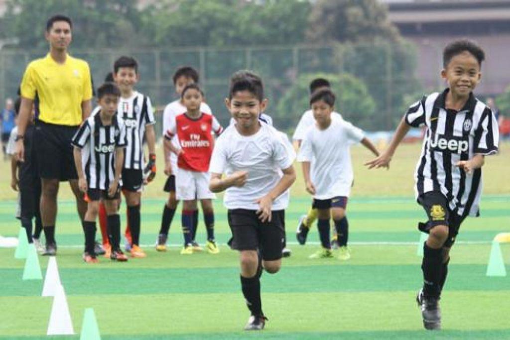 DEKATI MASYARAKAT: Salah satu usaha Juventus bagi mendekati masyarakat adalah dengan mengadakan klinik bola sepak percuma. - Foto JUVENTUS SOCCER SCHOOL SINGAPORE