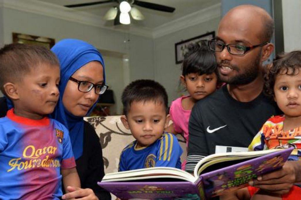 RASA PERIT JUA: Meskipun berada dalam golongan berpendapatan pertengahan, Cik Aishah Sharif (kiri), bersama suami, Encik Mohamed Salleh, dan empat anak mereka, berasa terhimpit, lantas mengharapkan subsidi tambahan bagi menampung pelbagai tanggungan mereka. - Foto M.O. SALLEH